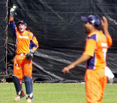 Netherlands wicketkeeper Wesley Barresi appeals successfully for a catch against Raza-ur-Rehman (not in picture) while Mudassar Bukhari joins in