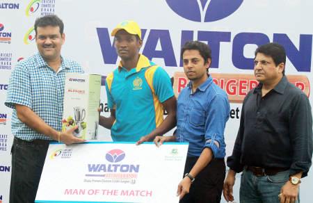Abahani fast bowler Al Amin receiving the man of the match prize