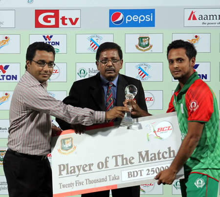 Arafat Sunny receiving the Man of the Match Award