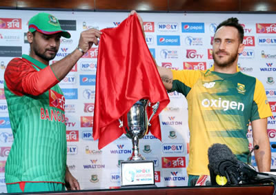 Mashrafe Mortaza and Francois du Plessis unveiling the trophy