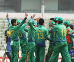 Pakistan gather after getting a wicket
