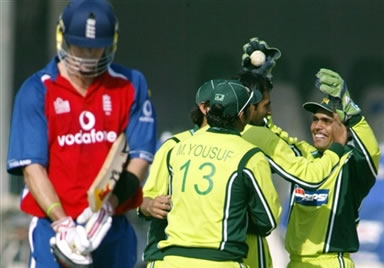 Kamran Akmal celebrates with his teammates after dismissal of Kevin Pietersen