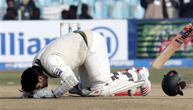 Mohammad Yousuf bows down to God after his century
