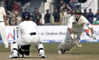 Mahendra Singh Dhoni successfully runs out Younis Khan