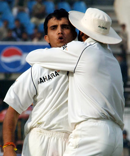 Sourav Ganguly Congratulated by Harbhajan Singh after taking the catch