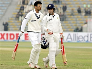 Rahul Dravid and Virendra Sehwag walk back to the pavilion after bad light