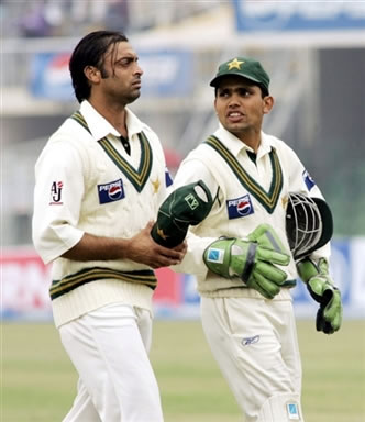 Shoaib Akhtar and Kamran Akmal leave the ground after play stopped