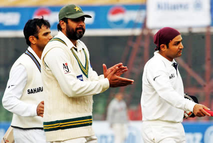 Inzamam-ul-Haq clapping for the Sehwag after his 200