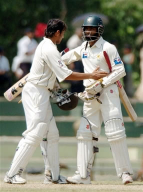 Younis Khan congratulates Mohammad Yousuf on making the winning run