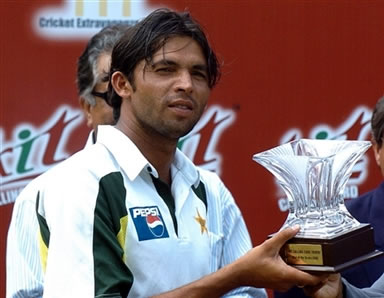 Mohammad Asif holds the 'Man of the Series' trophy