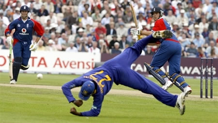 Jayawardene misses a catch